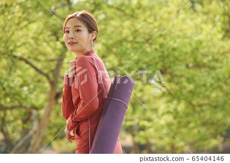 在公園裡鍛煉的漂亮20多歲女人 65404146