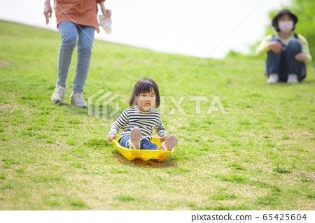 공원에서 노는 여자 65425604