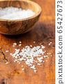 White coarse grained salt 65427673