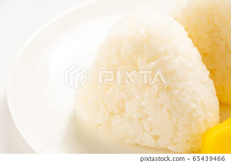Simple rice balls and salted rice balls. (White plate / white background) 65439466