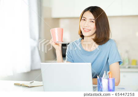 A business woman working at home 65447258