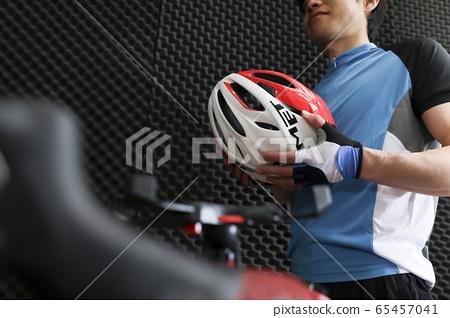 실내에서 자전거 운동을하는 남성 수중 자전거 이미지 65457041