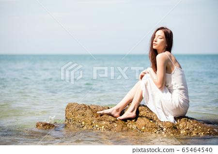 바다 배경의 여성 뷰티 이미지 65464540