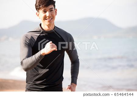 야외에서 운동을하는 젊은 남성 65464544