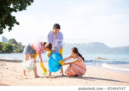 男人和女人做海滩清洁 65464547