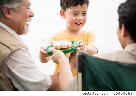 야외에서 즐기는 3 세대 가족 65464563