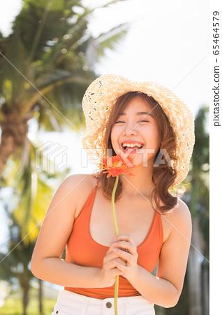 一個穿泳衣的女人享受度假之旅 65464579