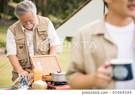 享受戶外活動的老人和年輕人 65464584