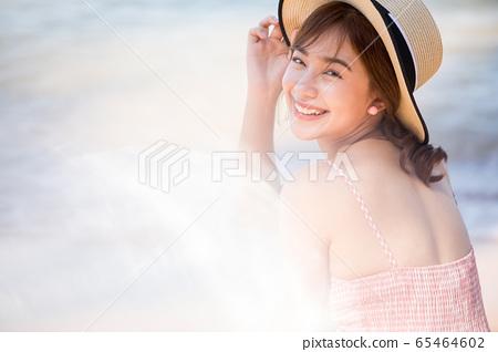 享受一次度假旅行的年輕女子 65464602
