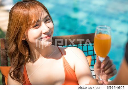 一个穿泳衣的女人享受度假之旅 65464605