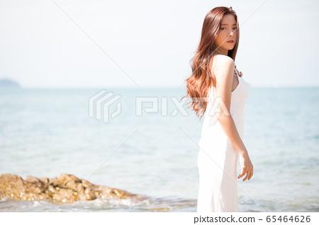 海背景的女人美麗形象 65464626
