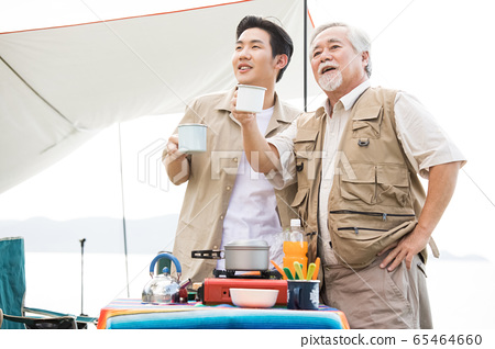 享受戶外活動的老人和年輕人 65464660