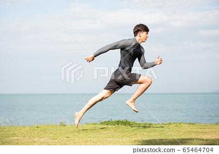訓練戶外的年輕人 65464704