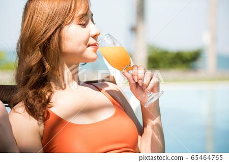 一個穿泳衣的女人享受度假之旅 65464765