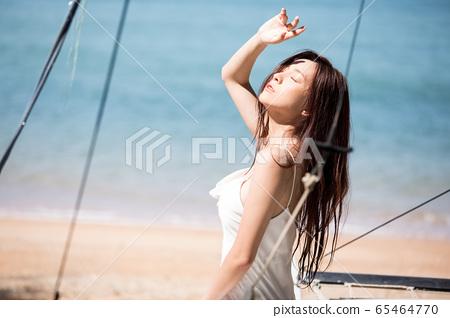 海背景的女人美麗形象 65464770