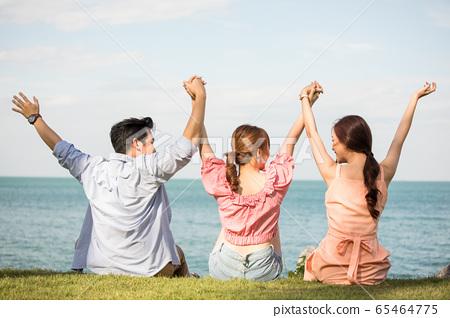 男性和女性朋友享受度假之旅 65464775