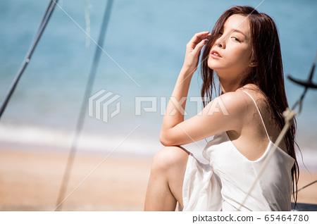 海背景的女人美麗形象 65464780
