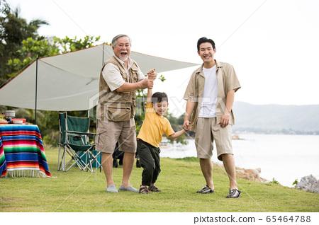 야외에서 즐기는 3 세대 가족 65464788