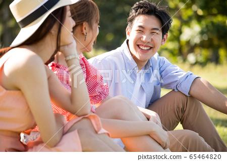 男性和女性朋友享受度假之旅 65464820