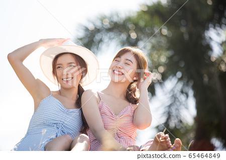 年輕婦女享受度假之旅 65464849