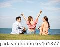男性和女性朋友享受度假之旅 65464877