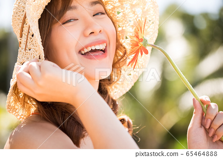 一個穿泳衣的女人享受度假之旅 65464888