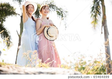 年輕婦女享受度假之旅 65464899