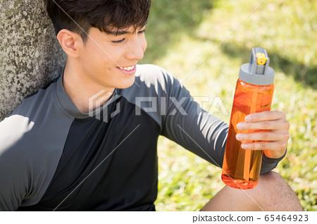 야외에서 운동을하는 젊은 남성 65464923