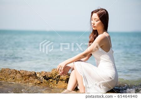 海背景的女人美麗形象 65464940