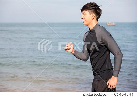 야외에서 운동을하는 젊은 남성 65464944