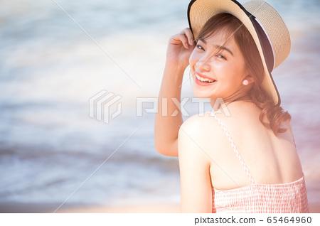 享受一次度假旅行的年輕女子 65464960