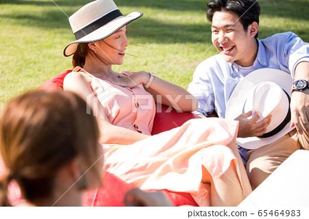 男性和女性朋友享受度假之旅 65464983