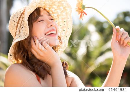 리조트 여행을 즐길 수영복 차림의 여성 65464984