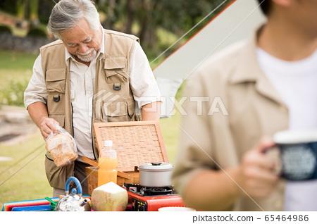 야외에서 즐기는 수석 남자와 젊은 남자 65464986