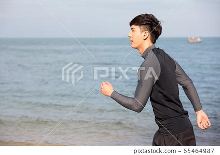야외에서 운동을하는 젊은 남성 65464987