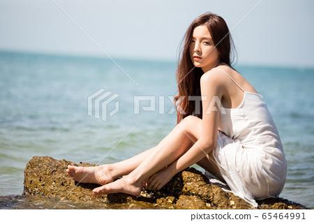 海背景的女人美丽形象 65464991