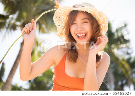 一個穿泳衣的女人享受度假之旅 65465027