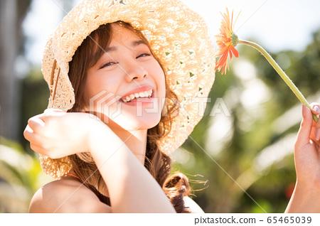 一個穿泳衣的女人享受度假之旅 65465039