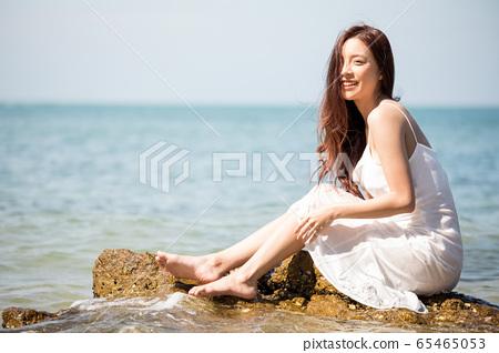 海背景的女人美丽形象 65465053