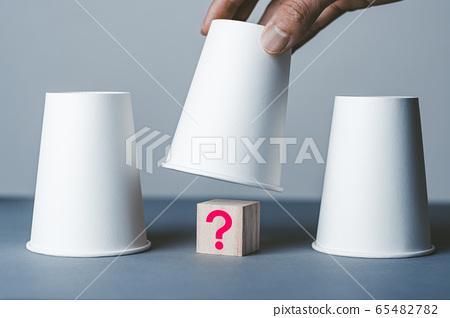 問號和紙杯 65482782