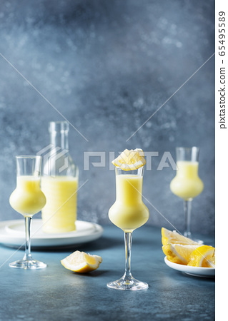 Italian liquor with lemons and cream 65495589