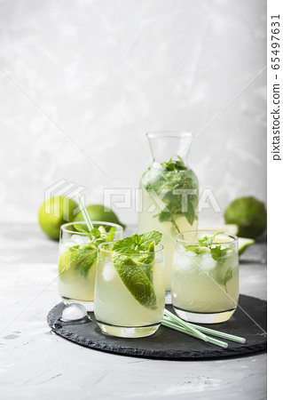 summer cocktail mojito 65497631