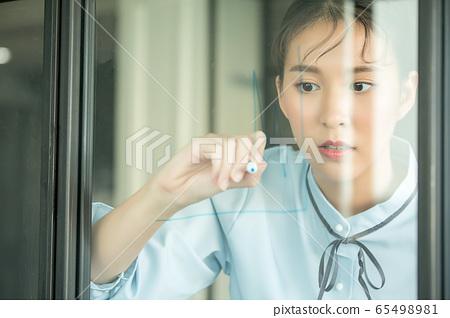 年輕商業漂亮女人辦公室玻璃圖備註人材料 65498981