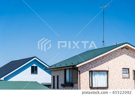 지붕과 푸른 하늘 65522092
