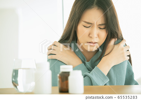 少婦身體狀況病藥飲用水頭痛辛辣的人物質 65535283