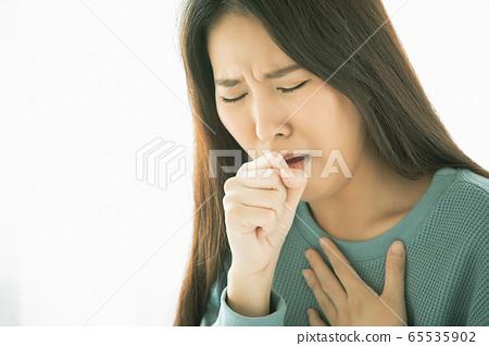 젊은 여성 두통 발열 질병 컨디션 불량 괴로운 고통 인물 소재 65535902