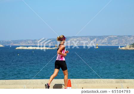 달리기하는 여성 65584793
