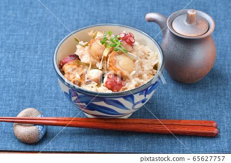 烤扇貝,章魚和切碎的日高海帶,煮熟的海鮮飯。 65627757