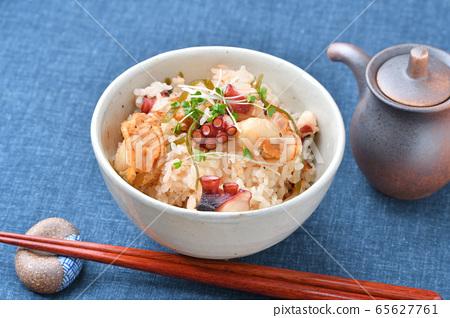 烤扇贝,章鱼和切碎的日高海带,煮熟的海鲜饭。 65627761
