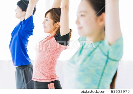 瑜伽健身運動健身房女人行使 65652979